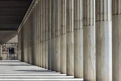 Reihe von Marmorsäulen eines Gebäudes stockfoto