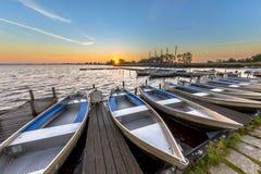 Reihe von Mietbooten in einem niederländischen Jachthafen Stockbild