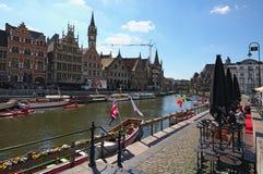 Reihe von mittelalterlichen Gebäuden entlang den touristischen Booten, die auf die Lys River-Holländer schwimmen: Leie Stockfotografie