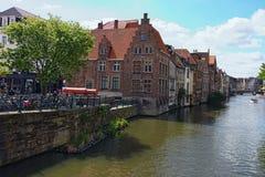Reihe von mittelalterlichen Gebäuden entlang Lys River Wenig Quadrat mit großer Kanone das wütende Mag Lizenzfreie Stockfotografie