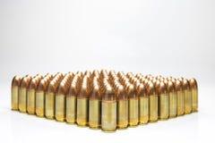 Reihe von 9mm Kugeln lokalisiert Stockfotografie
