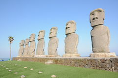 Reihe von moai in Kyushu Stockfotos