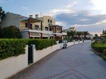 Reihe von modernen Häusern mit Heckenzaun und schöner Steinstraße lizenzfreie stockbilder