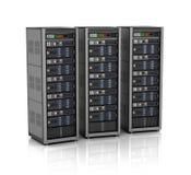 Reihe von Netzwerk-Servern im Rechenzentrum auf weißem Hintergrund Lizenzfreie Stockfotografie