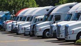 Reihe von neuen US-LKWs Stockfotos