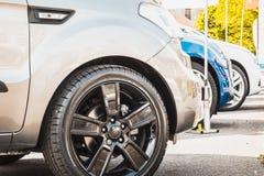 Reihe von Neuwagen für Verkauf an einer Verkaufsstelle Lizenzfreie Stockfotos