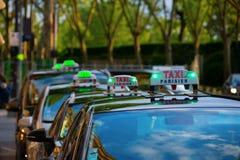 Reihe von Parisien-Taxis im Republique-Bezirk von Paris Frankreich stockfotos