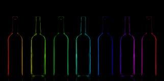Reihe von Regenbogen farbigen Flaschen Stockbilder