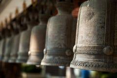 Reihe von religiösen Bronzeglocken in einem buddhistischen Schrein Stockbild