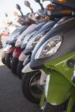 Reihe von Rollern auf der Straße Lizenzfreies Stockfoto