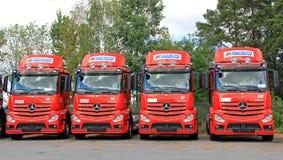 Reihe von roter Mercedes-Benz Actros Trucks Lizenzfreie Stockfotografie