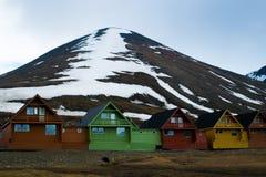 Reihe von sehr bunten Häusern in Longyearbyen, Svalbard, Norwegen Lizenzfreies Stockfoto
