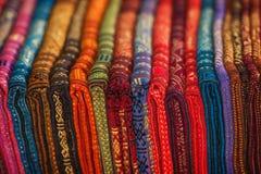 Reihe von Silk Schals in einem Shop in Laos Stockbild