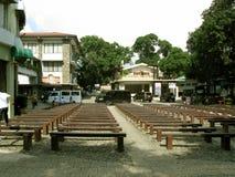 Reihe von Sitzbanken, Nationalheiligtum der göttlichen Gnade in Marilao, Bulacan Lizenzfreies Stockbild