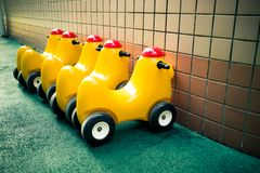 Reihe von Spielzeugtrojan im Kindergarten stockfotos