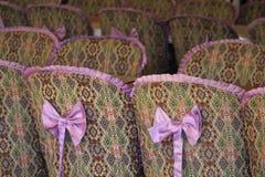 Reihe von Stühlen im Restaurant Stockfotografie
