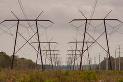 Reihe von Starkstromleitungstürmen in der Perspektive lizenzfreies stockbild