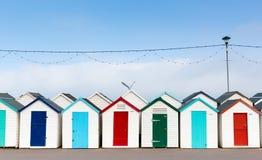 Reihe von Strandhütten mit bunten roten blauen und grünen Türen Lizenzfreies Stockbild