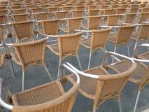 Reihe von Stuhlsitzen im Freilichttheater Lizenzfreies Stockbild