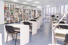 Reihe von Tabellen mit Stühlen in der Bibliothek lizenzfreies stockfoto