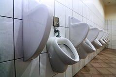 Reihe von Urinals Stockfotos