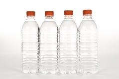 Reihe von Wasser-Flaschen Stockfoto