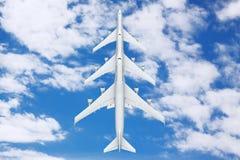 Reihe von weißen Jet Passengers Flugzeugen im Himmel Wiedergabe 3d Lizenzfreie Stockfotografie