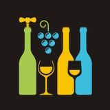 Reihe von Weinflaschen mit Korkenzieher, Weinglas und Traube Lizenzfreies Stockfoto