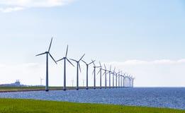 Reihe von Windkraftanlagen lizenzfreie stockbilder