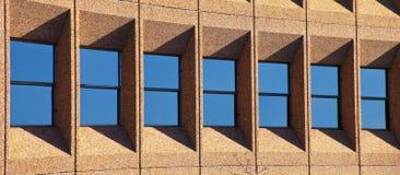 Reihe von Windows mit Schatten Stockfotos