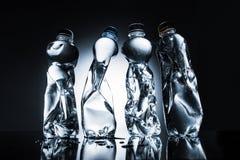 Reihe von zerknitterten Flaschen Wasser Stockfoto