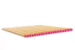 Reihe von zwanzig Match mit rosafarbenen Matchköpfen auf weißem Hintergrund Lizenzfreies Stockfoto