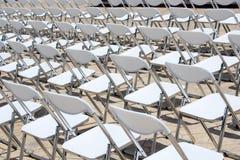 Reihe weiße Stühle lizenzfreie stockbilder