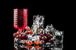 Reihe Weinalkohol auf schwarzem Hintergrund Stockbild