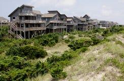 Reihen-äußere Querneigung-Strand-Häuser stockbild