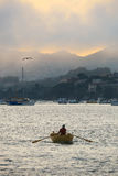 Reihen-Boot an einem bewölkten Sausalito-Nachmittag stockbild