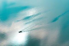 Reihen-Boot in Meer Lizenzfreie Stockfotos