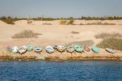 Reihen-Boote auf Suezkanal-Küstenlinie Stockfotos