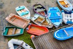 Reihen-Boote bei Ebbe im Hafen des Heiligen Aubin Jersey Stockbild