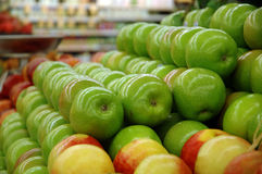 Reihen der Äpfel Stockfotografie