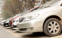 Reihen der Autos Stockfoto