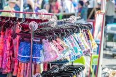Reihen der bunten Kinderkleidung stockbilder