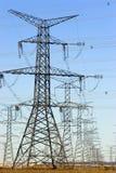 Reihen der elektrischen Kontrolltürme Lizenzfreies Stockbild
