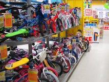Reihen der Fahrräder der Kinder in einem Spielzeugsladen. Lizenzfreie Stockbilder
