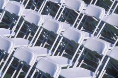 Reihen der Faltestühle Stockbild