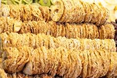 Reihen der getrockneten Ananas auf dem Marktschluss oben Lizenzfreie Stockfotos