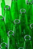 Reihen der grünen Bierflaschen Stockbild