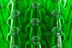 Reihen der grünen Bierflaschen Stockfotografie