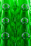 Reihen der grünen Bierflaschen Lizenzfreies Stockbild