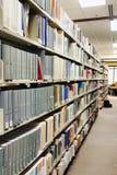 Reihen der grauen Bücher an der Bibliothek Lizenzfreie Stockfotos